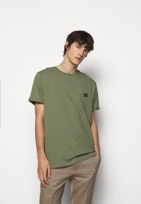 Les Deux - PIECE - Basic T-shirt - dark green/sand - 0