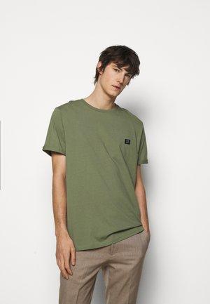 PIECE - Jednoduché triko - dark green/sand