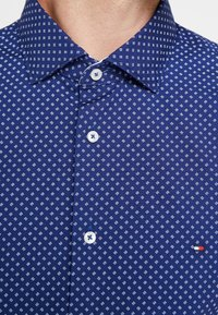 Tommy Hilfiger Tailored - WASHED PRINT CLASSIC SLIM SHIRT - Formal shirt - blue - 3