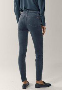 Massimo Dutti - AUS MICROCORD MIT HALBHOHEM BUND - Jeansy Skinny Fit - blue - 2