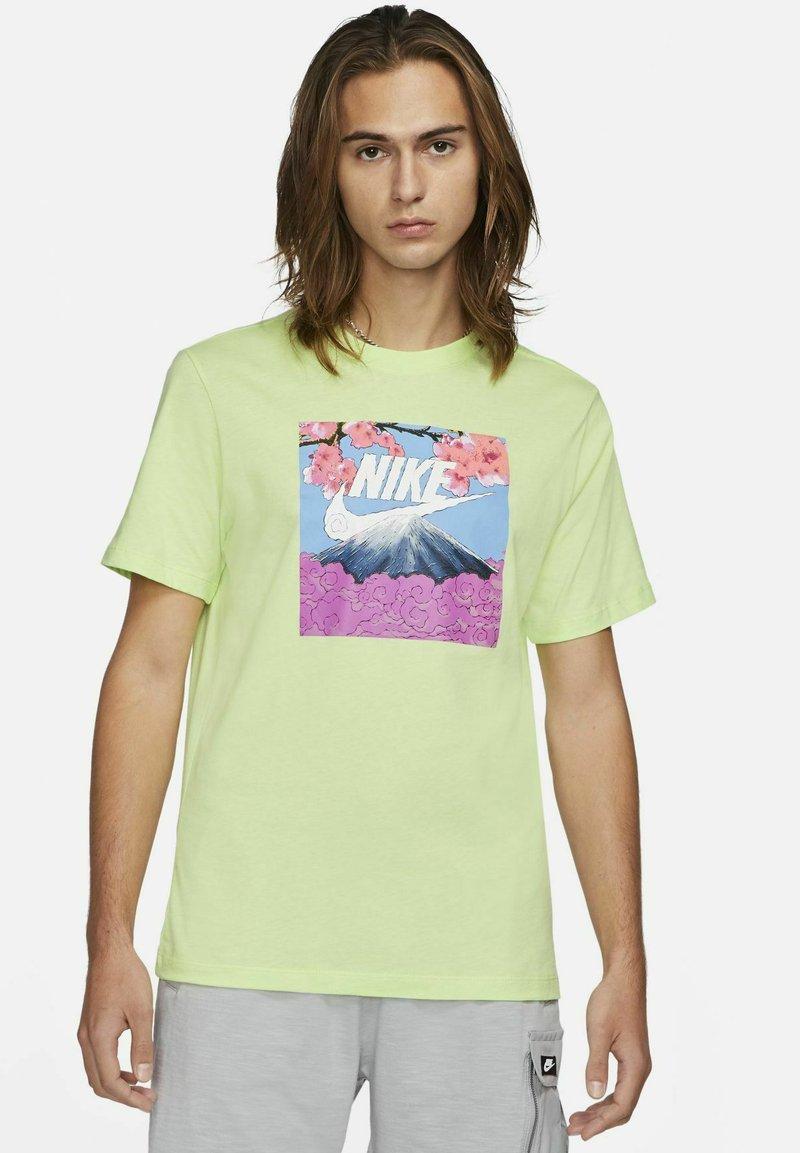 Nike Sportswear - TEE MANGA PHOTO - Print T-shirt - light liquid lime