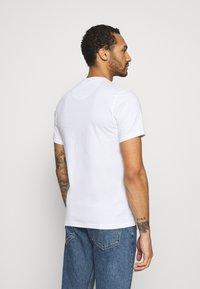 Barbour Beacon - SMALL LOGO TEE - T-shirt - bas - white - 2