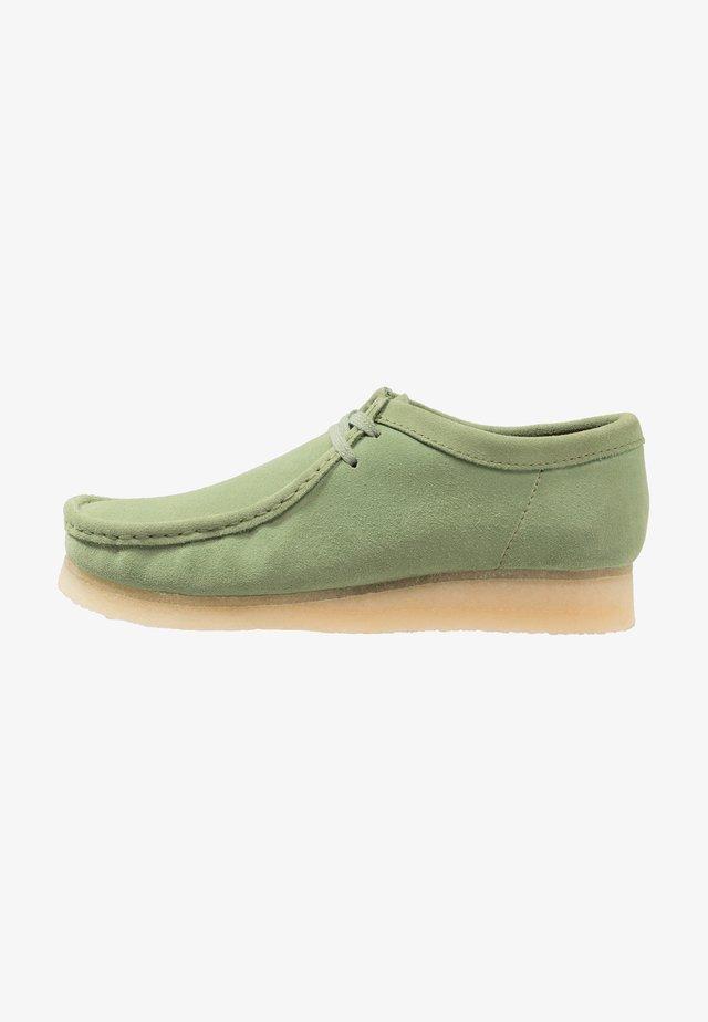 WALLABEE-SCHNÜRSENKEL-WEISS - Sznurowane obuwie sportowe - cactus green