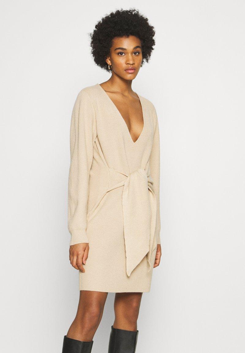 NA-KD - STEPHANIE DURANT X NA-KD - Jumper dress - beige