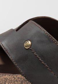 Panama Jack - SALMAN - Pantolette flach - brown - 5