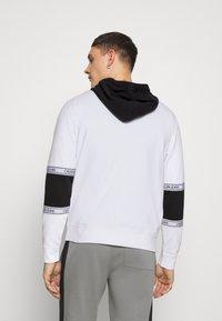 Calvin Klein Jeans - BLOCKING LOGO TAPE HOODIE - Sweat à capuche - bright white - 2