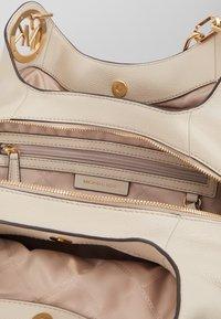 MICHAEL Michael Kors - LILLIE CHAIN TOTESMALL - Handbag - light sand - 4