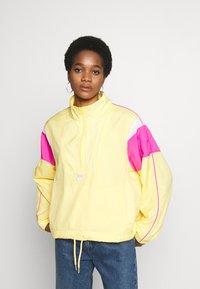 Nike Sportswear - LIGHTWEIGHT JACKET - Chaqueta fina - topaz gold/fire pink/white - 0