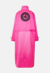 Nike Sportswear - W NSW ICN CLSH LNG JKT SATIN - Summer jacket - hyper pink - 1