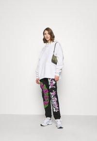 Jaded London - CUFFED JOGGER RIDIN' DIRTY GRAFFITI PRINT - Pantalones deportivos - multi - 1