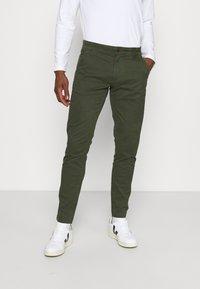 Tommy Jeans - SCANTON PANT - Kangashousut - dark olive - 0