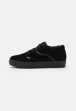 SHOE SEEK AMP - Hiking shoes - black