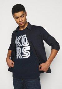 Michael Kors - TECHNO TEE - Print T-shirt - dark midnight - 3