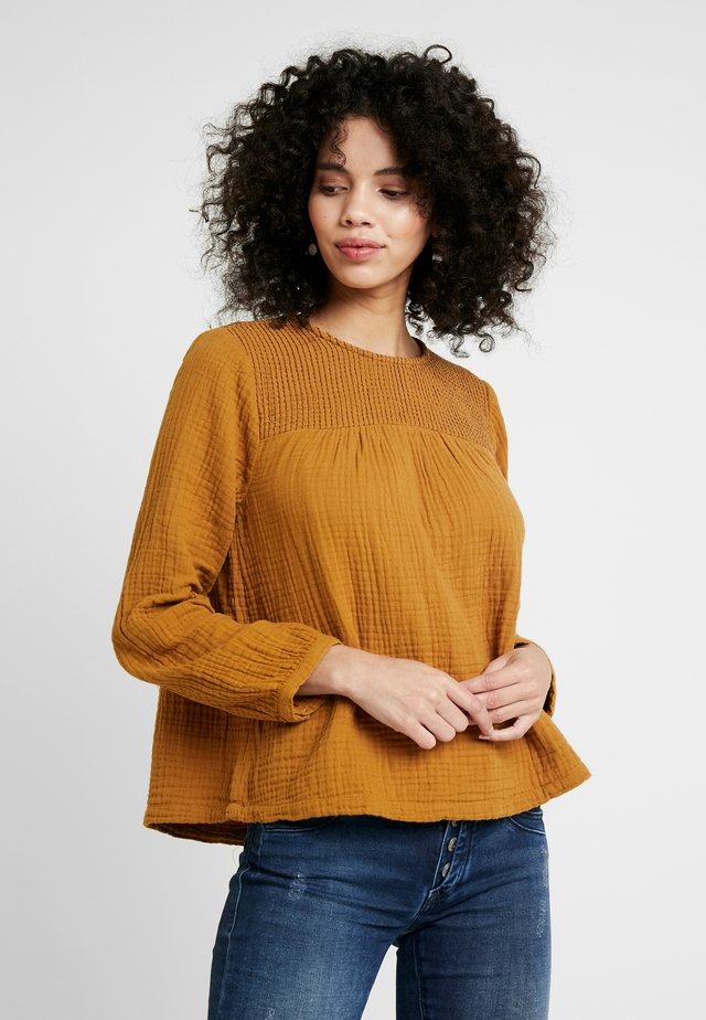 SMOCKED TEXTURED FABRIC - Blouse - egyptian gold