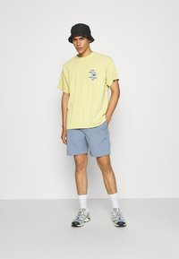 BDG Urban Outfitters - SUNDAY TEE UNISEX - Print T-shirt - yellow - 1