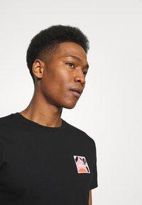 Brixton - ALPHA SQUARE SUNSET - T-shirt imprimé - black - 3