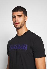 Napapijri - SOLANOS - T-shirt z nadrukiem - black - 4