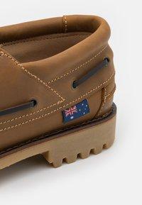 Blue Heeler - FENDER UNISEX - Boat shoes - cognac - 5