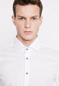 Seidensticker - SLIM SPREAD PATCH - Camisa elegante - weiß/grau - 3