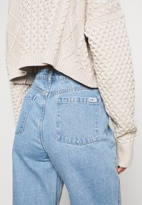 Milk it - BOYFRIEND CUTOUT POCKETS - Straight leg jeans - light blue - 4