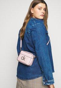 Calvin Klein - RE LOCK CAMERA BAG - Sac bandoulière - purple - 0