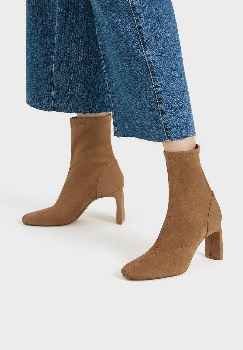 Bershka - ENG ANLIEGENDE - Boots à talons - ochre