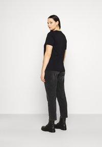 Vero Moda Curve - VMFORTUNA  CURVE - T-shirt med print - black - 2