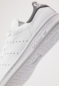 adidas Originals - STAN SMITH NEON HEEL SHOES - Joggesko - footwear white/core black - 5