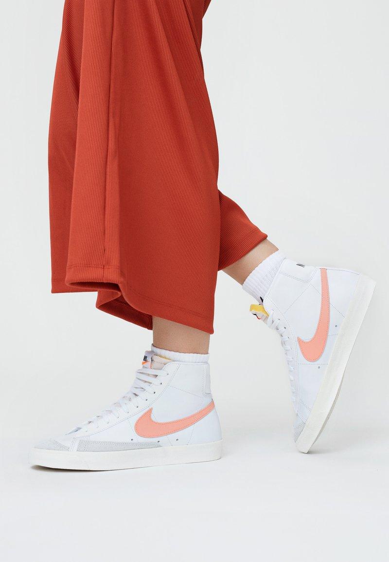 Nike Sportswear - BLAZER MID '77 - Zapatillas altas - white/atomic pink