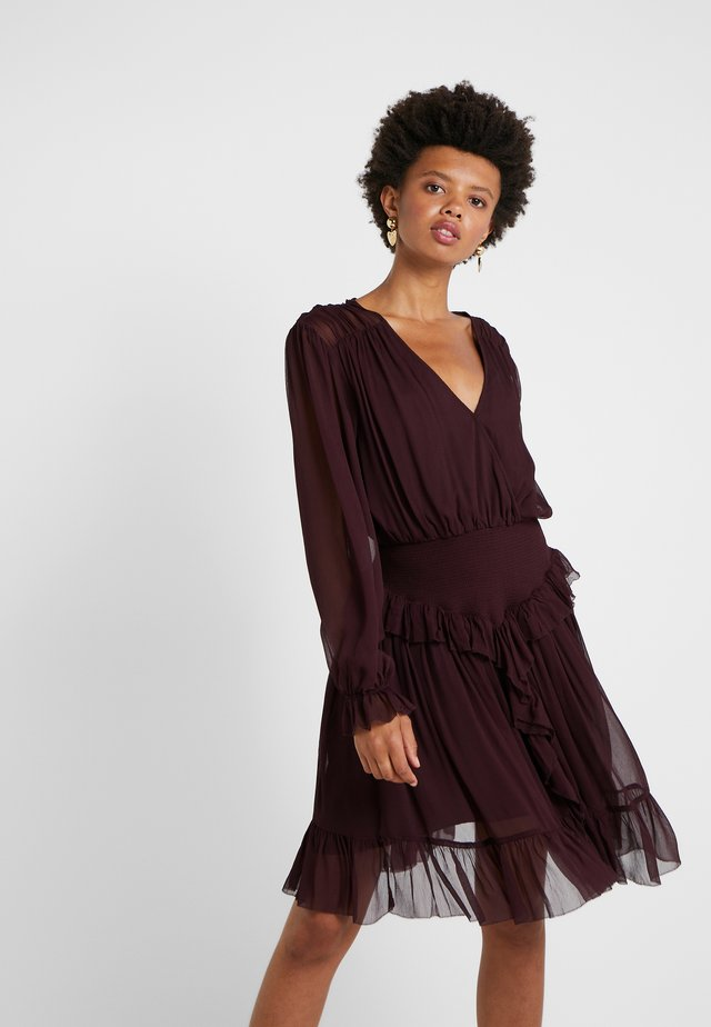 MINDY RUFFLE DRESS - Juhlamekko - rouge noir