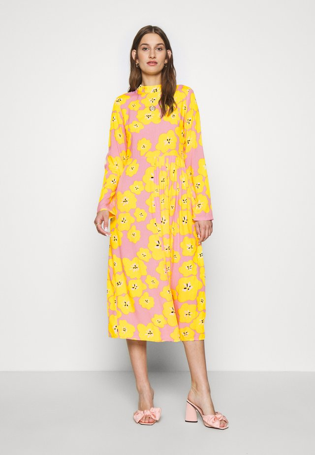 FLORAL SWEDISH MIDI - Cocktailkjoler / festkjoler - pink/yellow