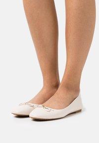 MICHAEL Michael Kors - ELOISE FLEX BALLET - Ballerina's - light cream - 0