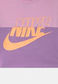 Nike Sportswear - CROP CREW - Sweatshirt - arctic pink/violet star/orange chalk - 2