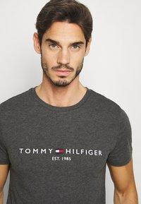 Tommy Hilfiger - LOGO TEE - Printtipaita - grey - 3