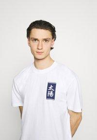 Edwin - TAROT DECK UNISEX - Print T-shirt - white - 3