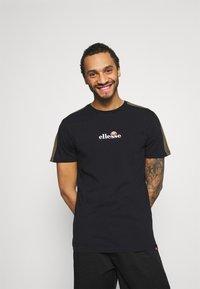 Ellesse - CARCANO - T-shirt z nadrukiem - black - 0