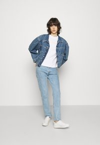 Calvin Klein Jeans - SHRUNKEN INSTITUTIONAL TEE - T-shirts med print - bright white - 1
