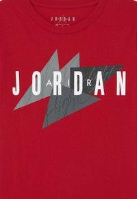 Jordan - GEO FLIGHT - Print T-shirt - gym red - 2