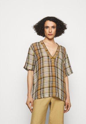 OVERSIZED V NECK  - T-shirt imprimé - tan/lime