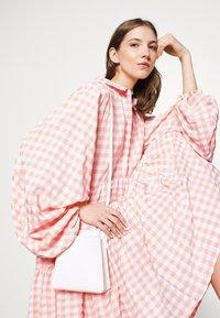 Missguided - CHECK BALLOON SLEEVE SMOCK DRESS - Skjortekjole - pink - 4