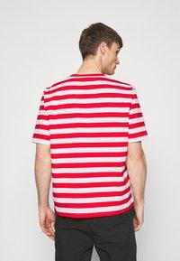 Holzweiler - HANGER STRIPED TEE - T-shirt print - red/white - 2