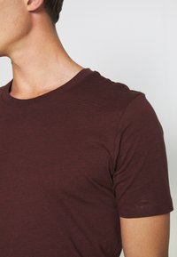 Selected Homme - SHDTHEPERFECT ONECK TEE - T-shirt con stampa - black - 5