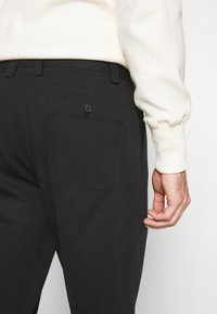 Club Monaco - INVERTED PLEAT PANT - Trousers - black - 5