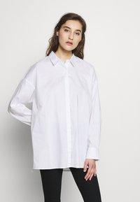 Gestuz - IBBY OVERSIZES - Košile - bright white - 0