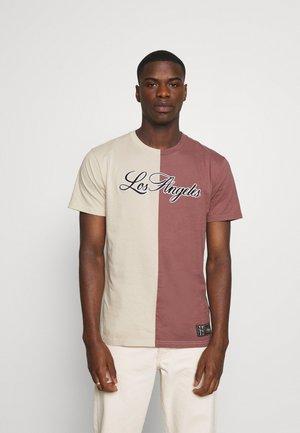 TREND DROP - Print T-shirt - tan/rose block
