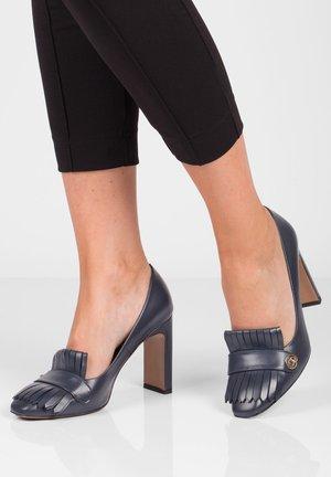 High heels - granatowy
