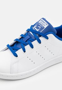 adidas Originals - STAN SMITH UNISEX - Trainers - footwear white/royal blue - 5