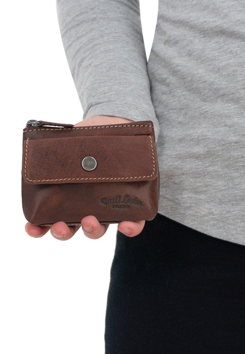 Gusti Leder - SASCHA - Key holder - dark brown