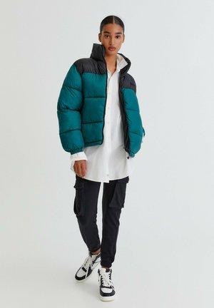 MIT FARBLICH ABGESETZTER SCHULTERPARTIE - Winter jacket - evergreen