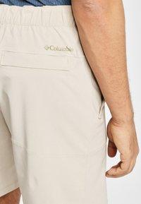 Columbia - COLUMBIA WOVEN SHORT MEN'S COLUMBIA LODGE WOVEN SHORT - Shorts - fossil - 3